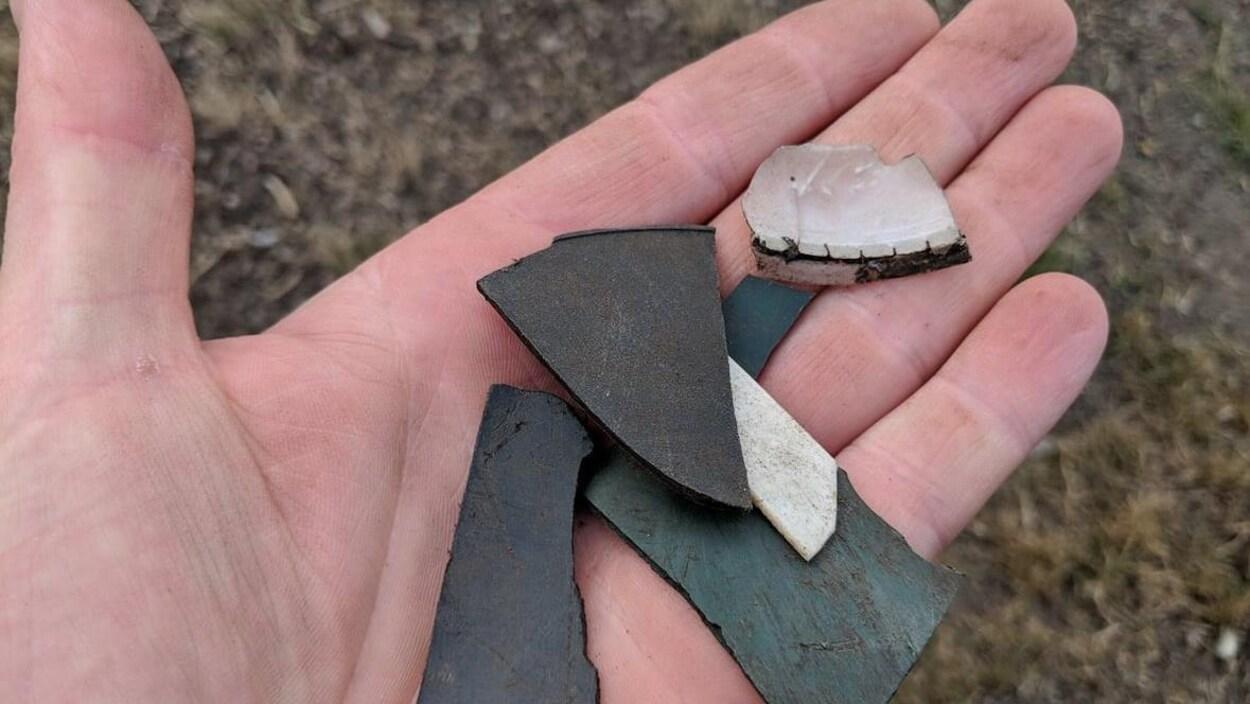 Des morceaux de plastique dans la main d'une personne.