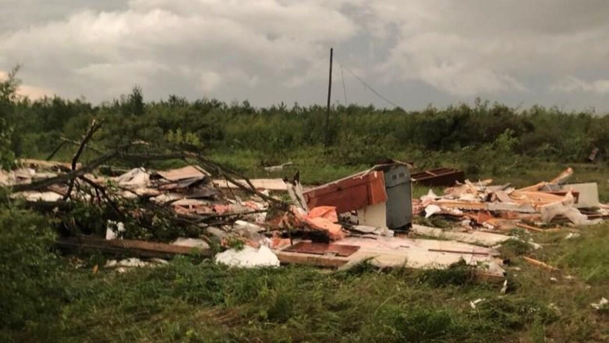 Des bâtiments détruits après le passage d'une tornade au Manitoba.