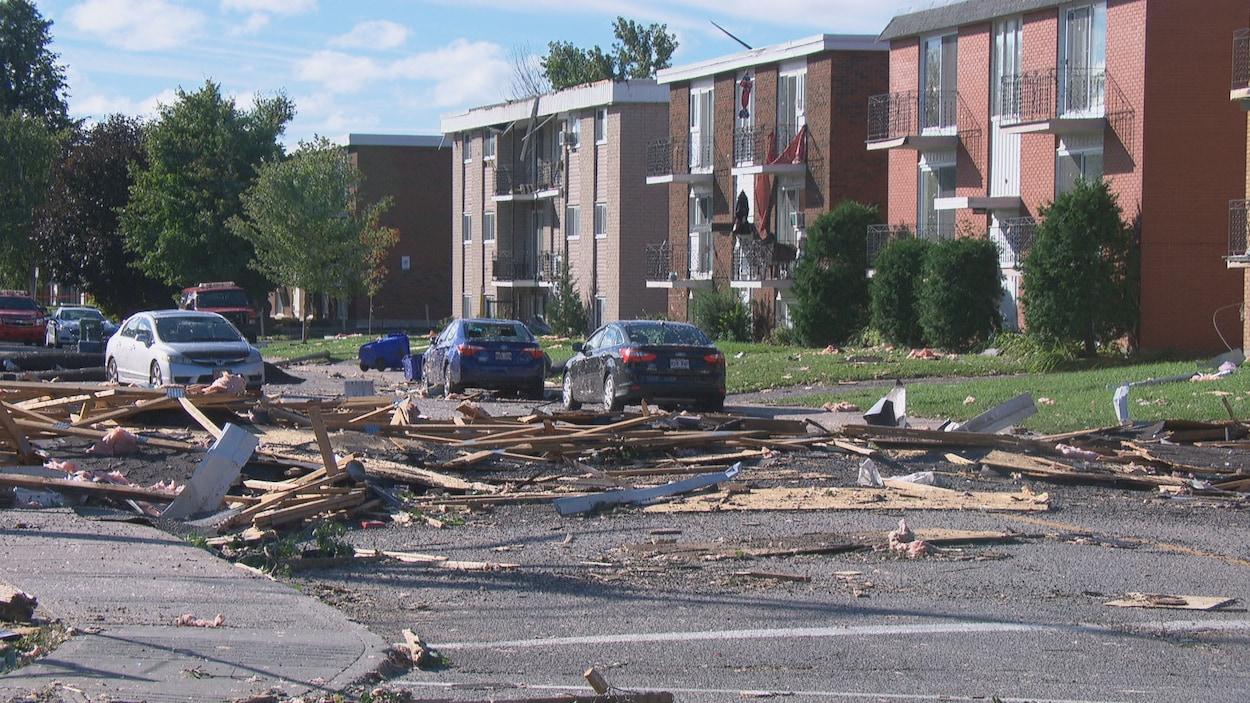 De nombreux débris sur une rue du secteur Mont-Bleu.