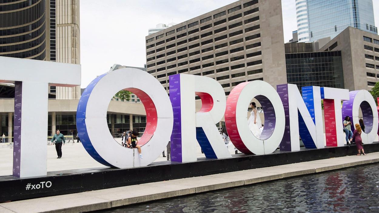 Vue de la place de l'hôtel de ville et de l'enseigne aux lettres géantes de Toronto.