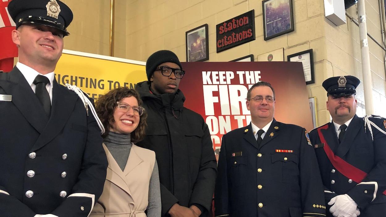 Le joueur des Raptors OG Anunoby aux côtés du chef des pompiers de Toronto, Matthew Pegg