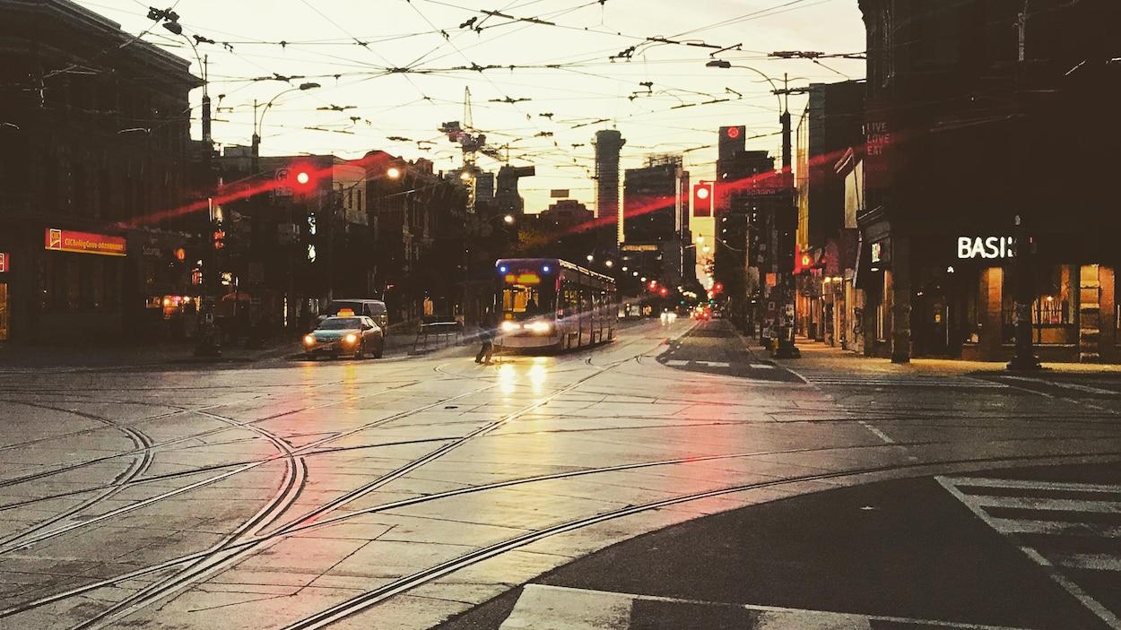 Rue king au petit matin, tramway arrivant au loin.