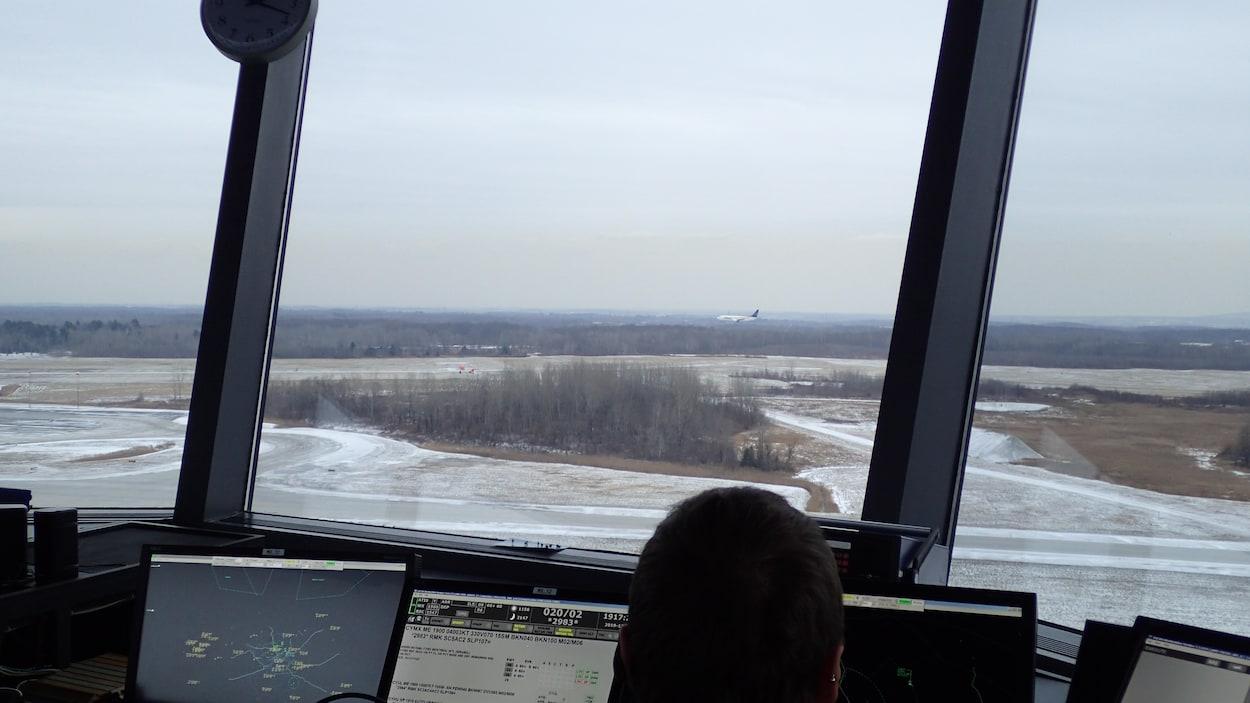 Vu à partir de la tour de contrôle, un avion cargo se pose sur le tarmac de Mirabel.