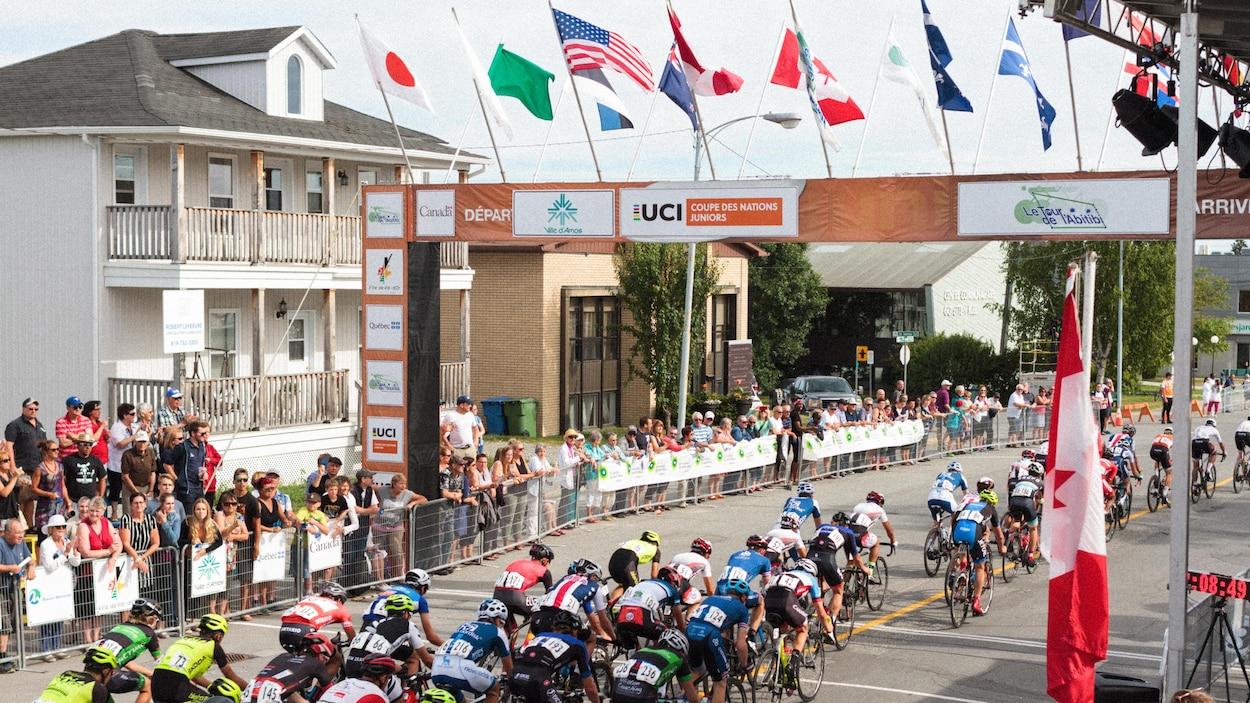 La ligne d'arrivée de la dernière épreuve du 49e Tour de l'Abitibi, à Amos