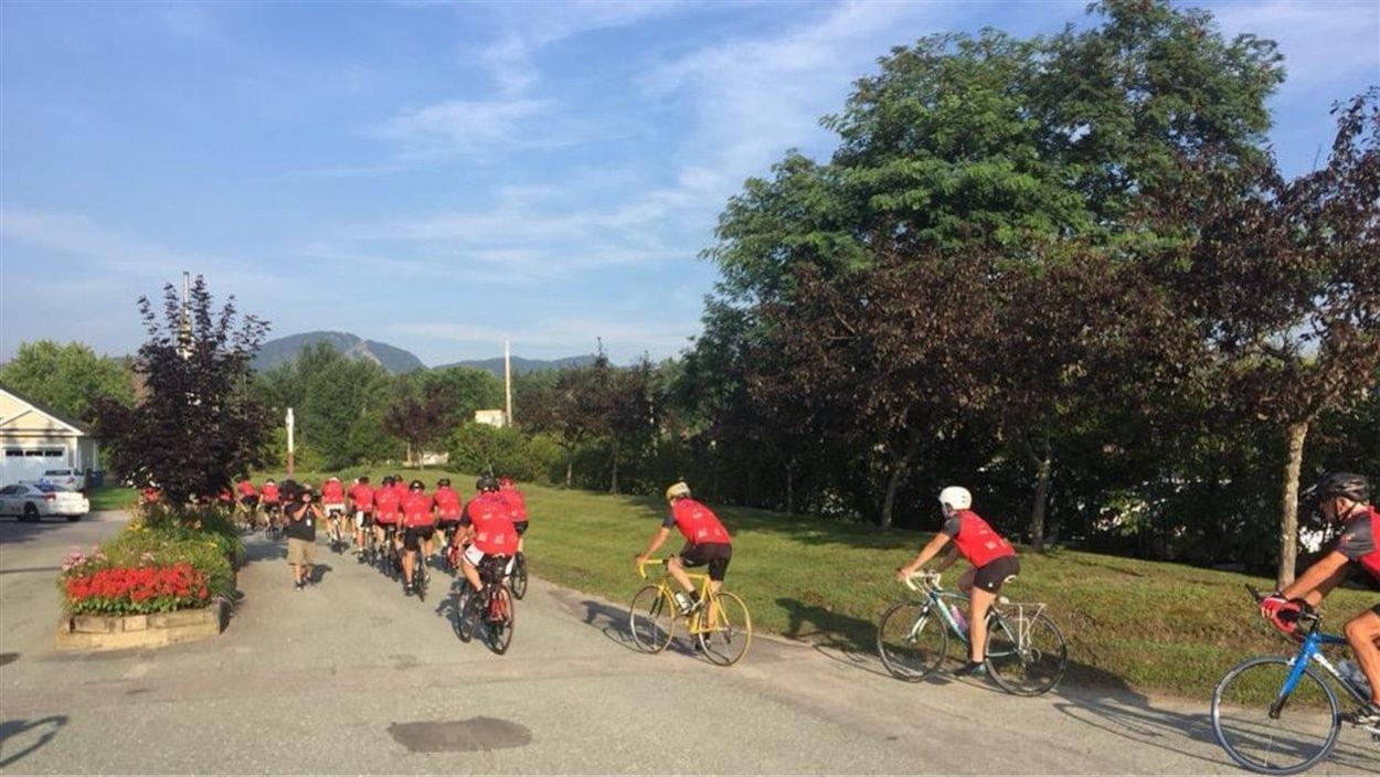 Des cyclistes prenant part au Tour Frédérick-Duguay.