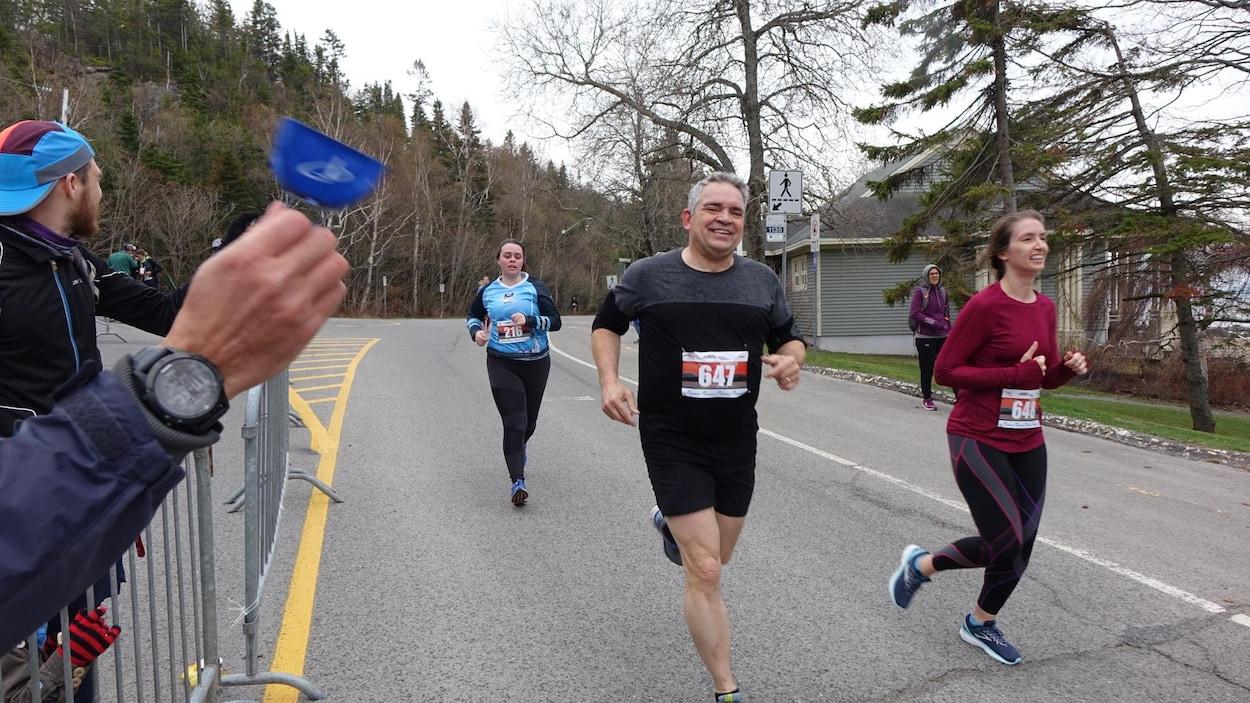 Les coureurs semblent heureux de participer au Tout de la Pointe à Rivière-du-Loup