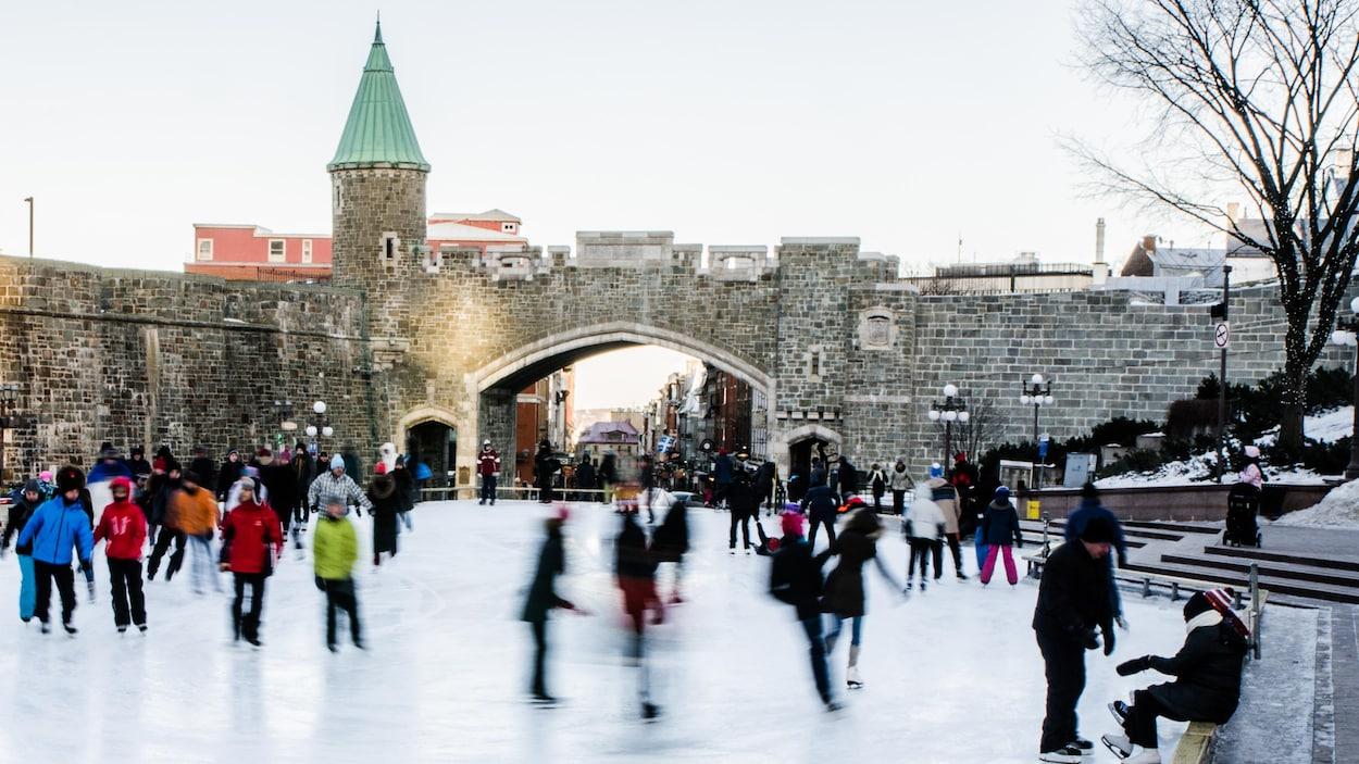 Des patineurs sur la glace de Place D'Youville