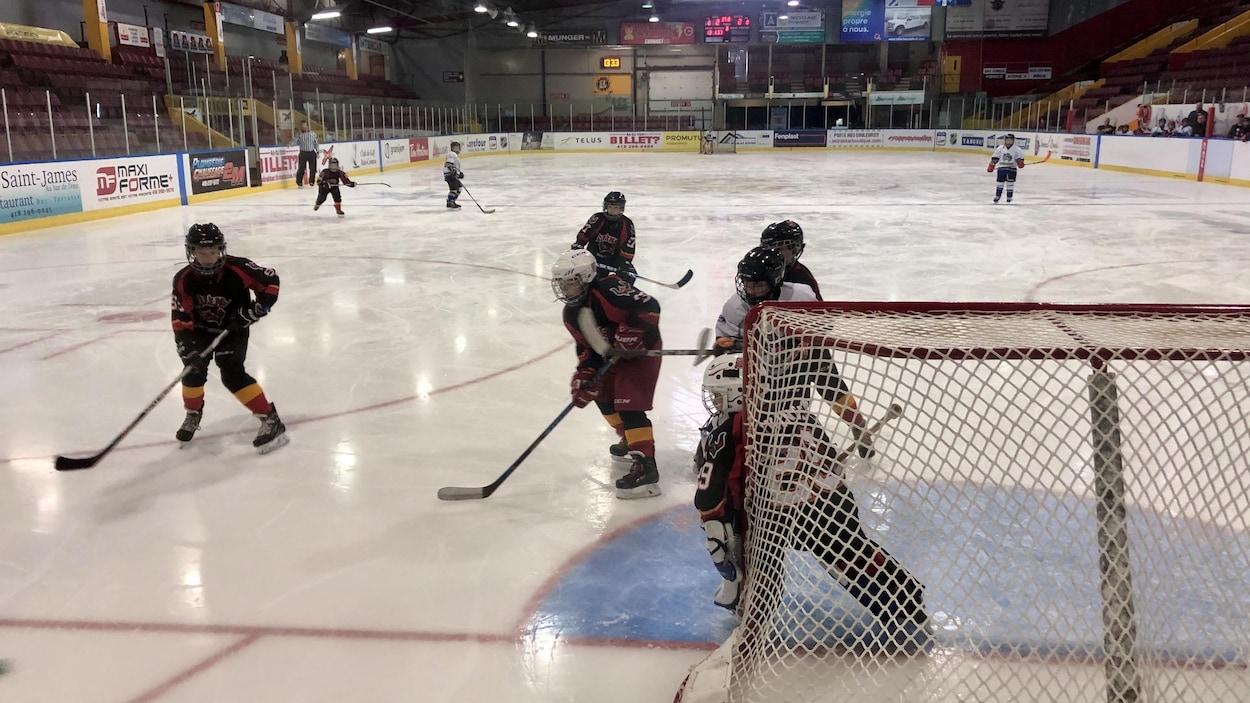 De jeunes hockeyeurs en action