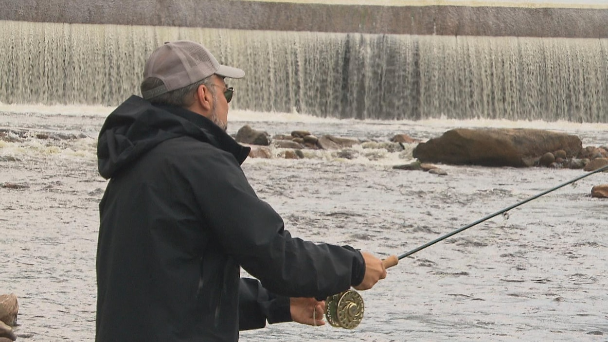 Un pêcheur sur le bord de la Rivière-à-Mars