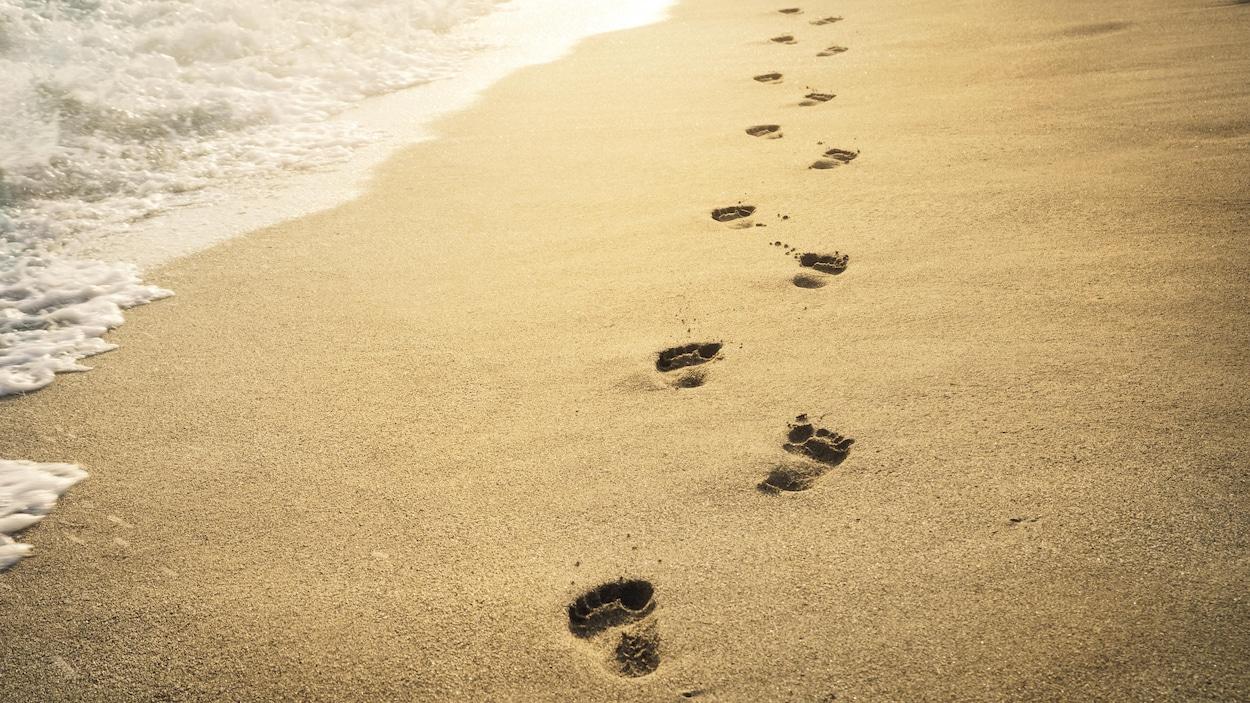 Des traces de pas sur une plage