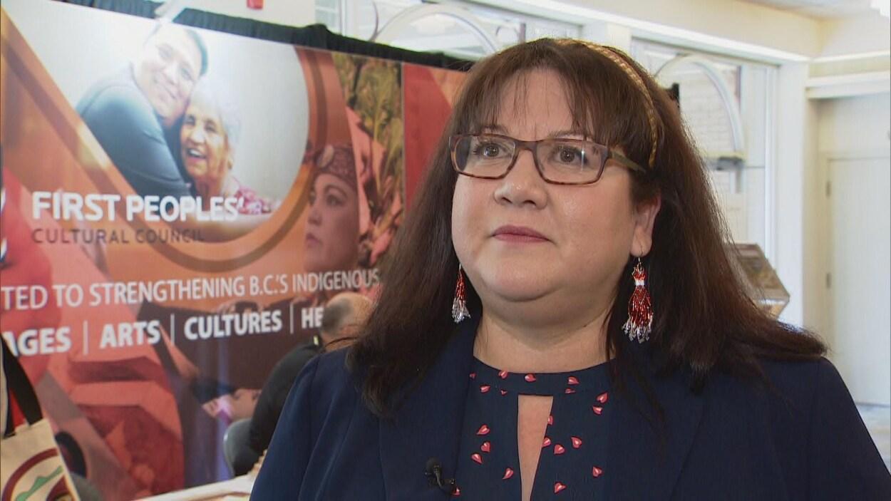Une femme avec des lunettes et des cheveux bruns