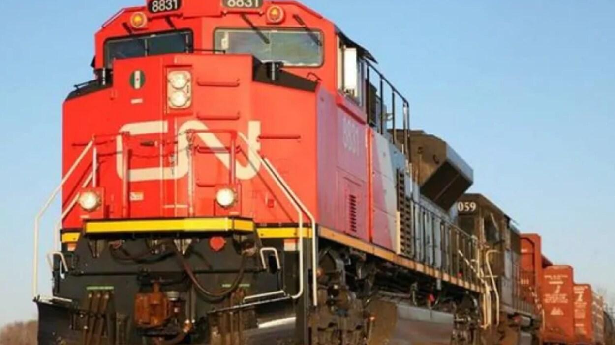 Une locomotive rouge du Canadien National.