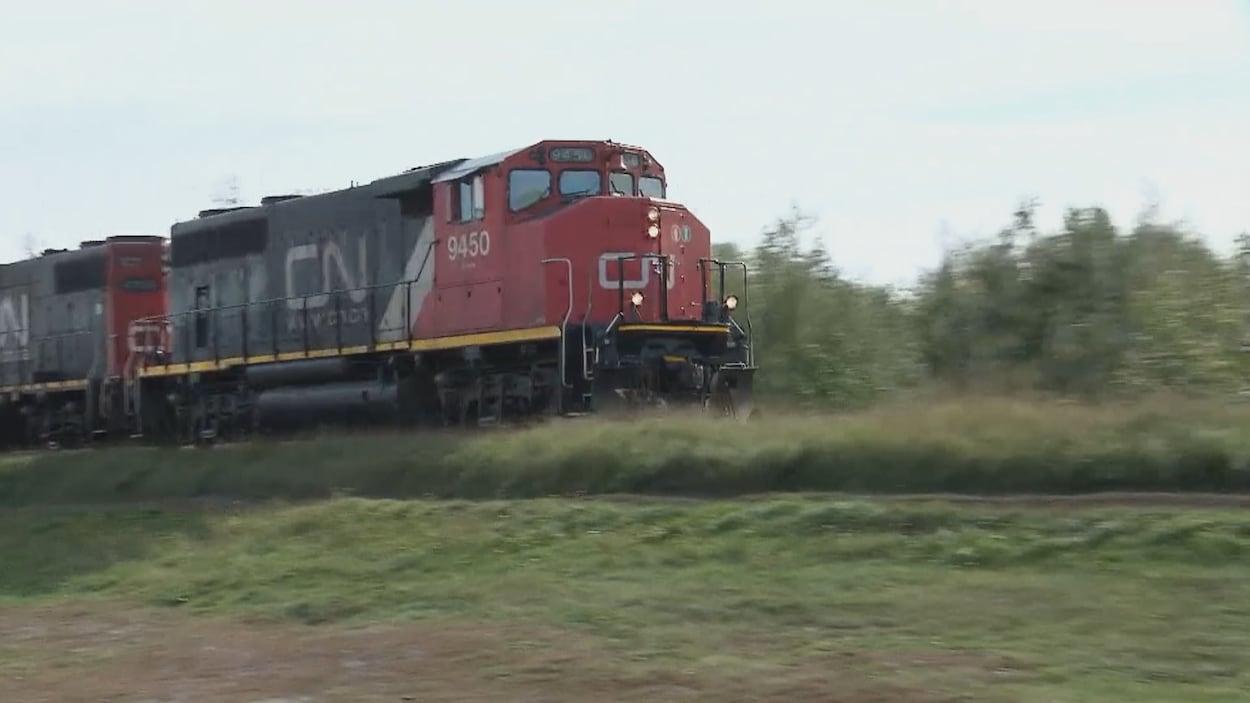 Un train du CN sur une voie ferrée.