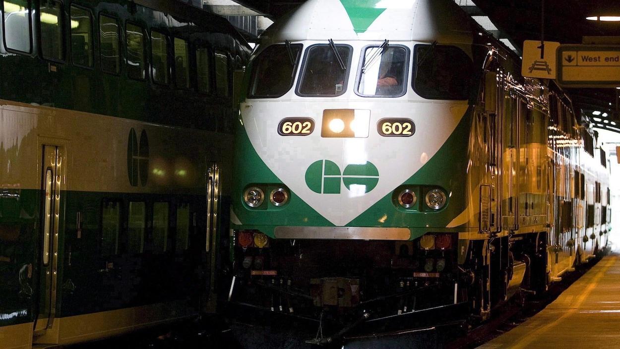 Photo d'un train de banlieue GO à la gare Union