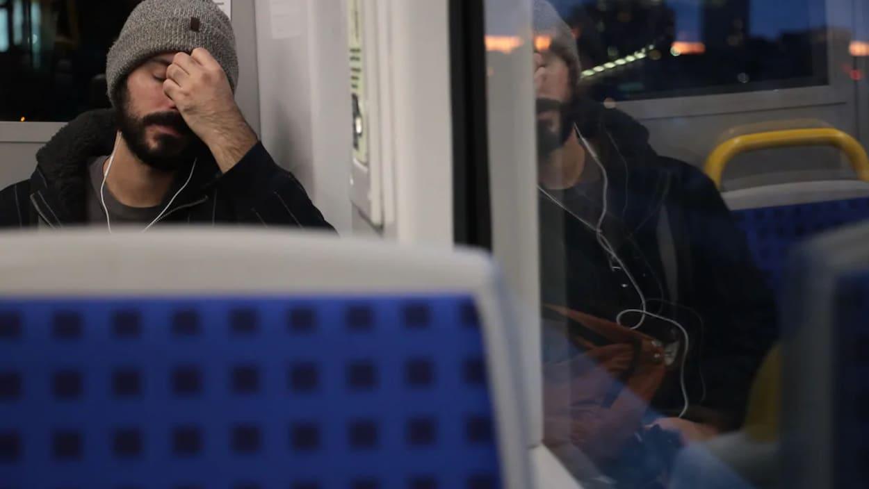 Un homme assis dans le train