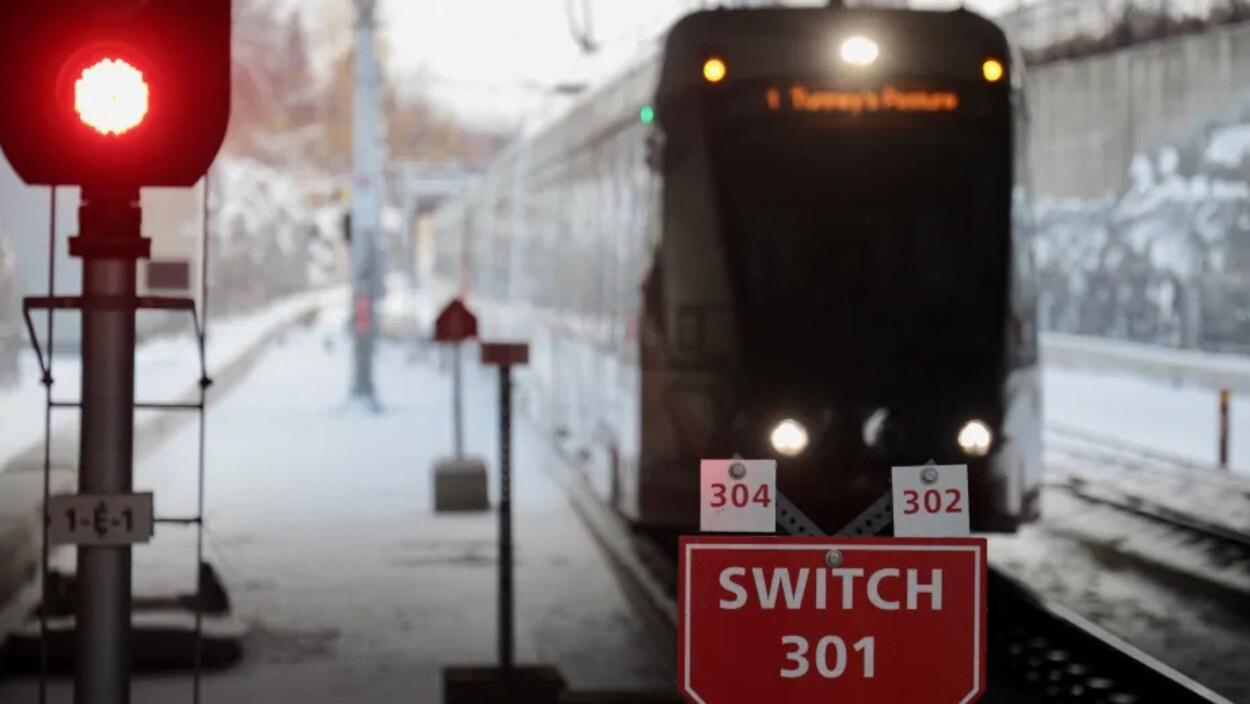 Un train léger s'approche de la station.
