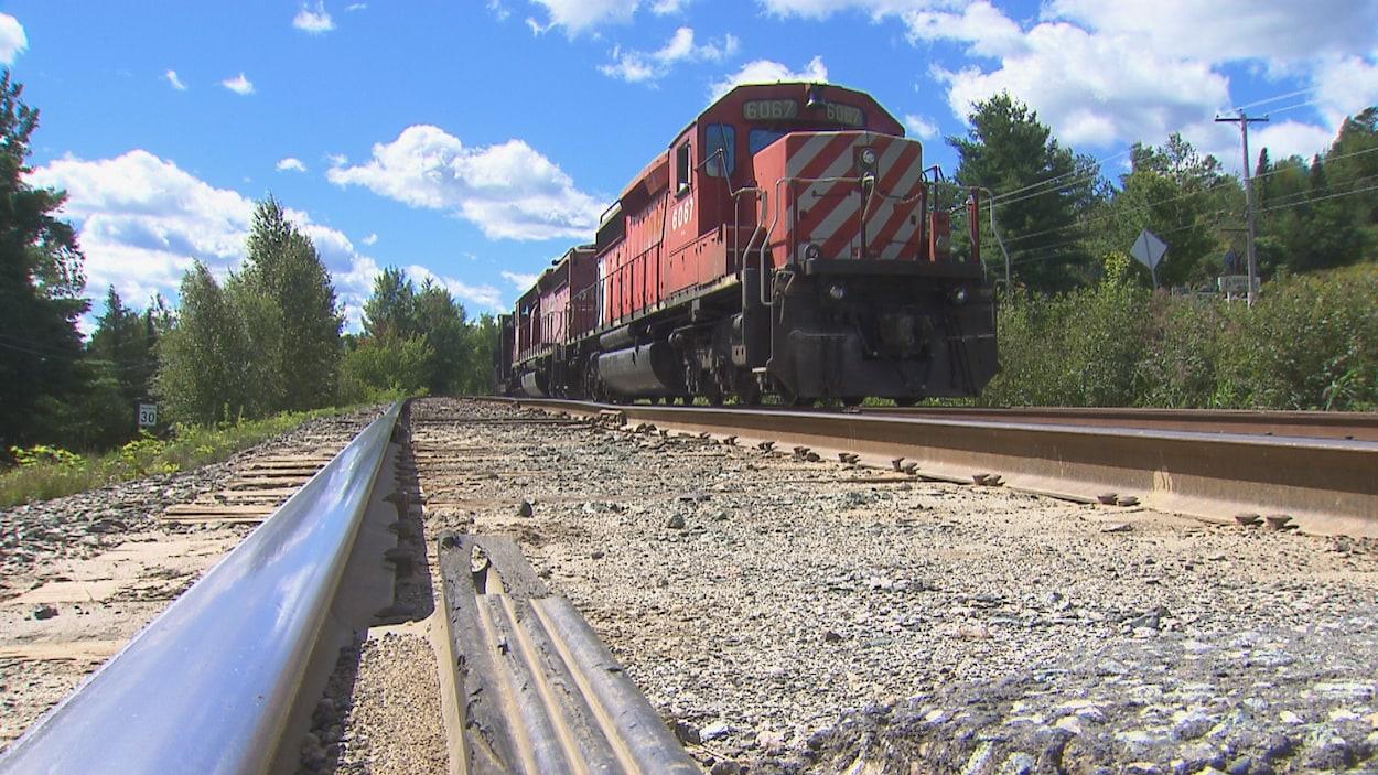 Une locomotive immobilisée sur la voie ferrée.