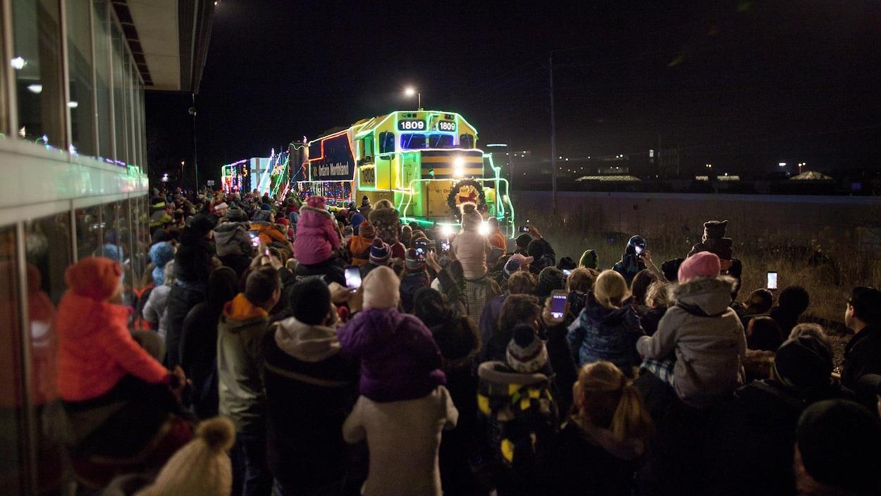 Une foule assemblée pour accueillir le train de Noël d'Ontario Northland.