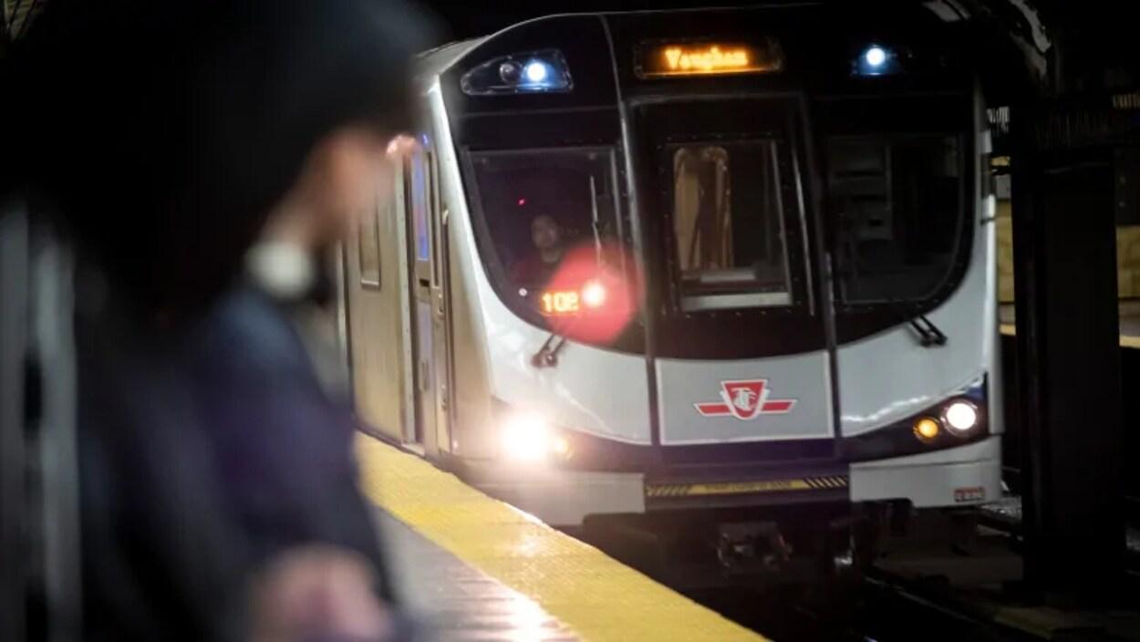 Un métro de Toronto qui se prépare à arrêter à une station.