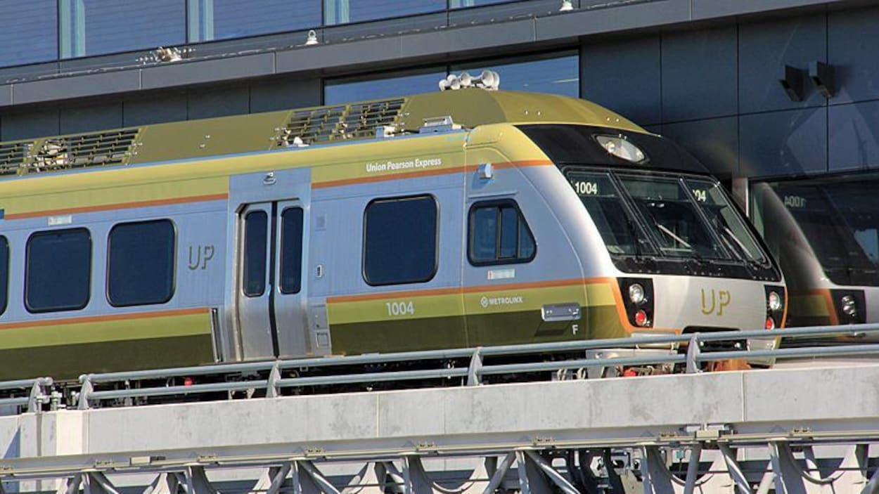Photo d'un train vert et gris; le mot «Up» est écrit à l'avant du train