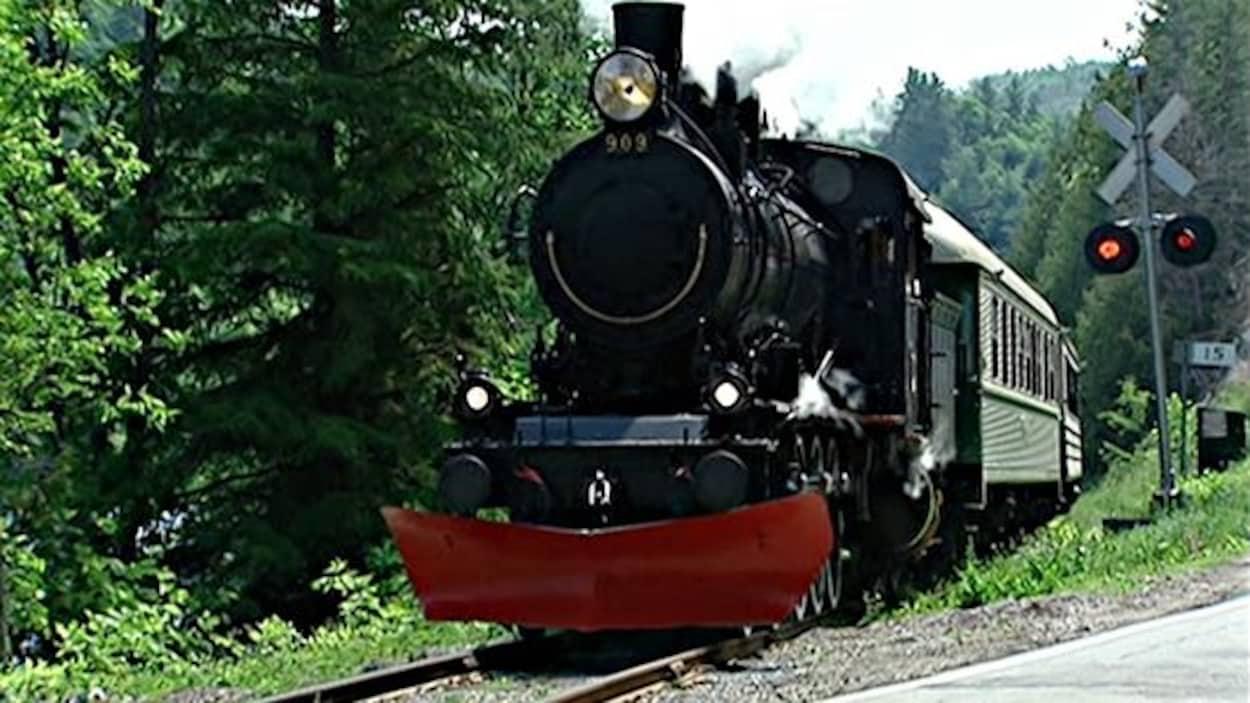 Un train à vapeur se déplace sur des rails. (Archives)