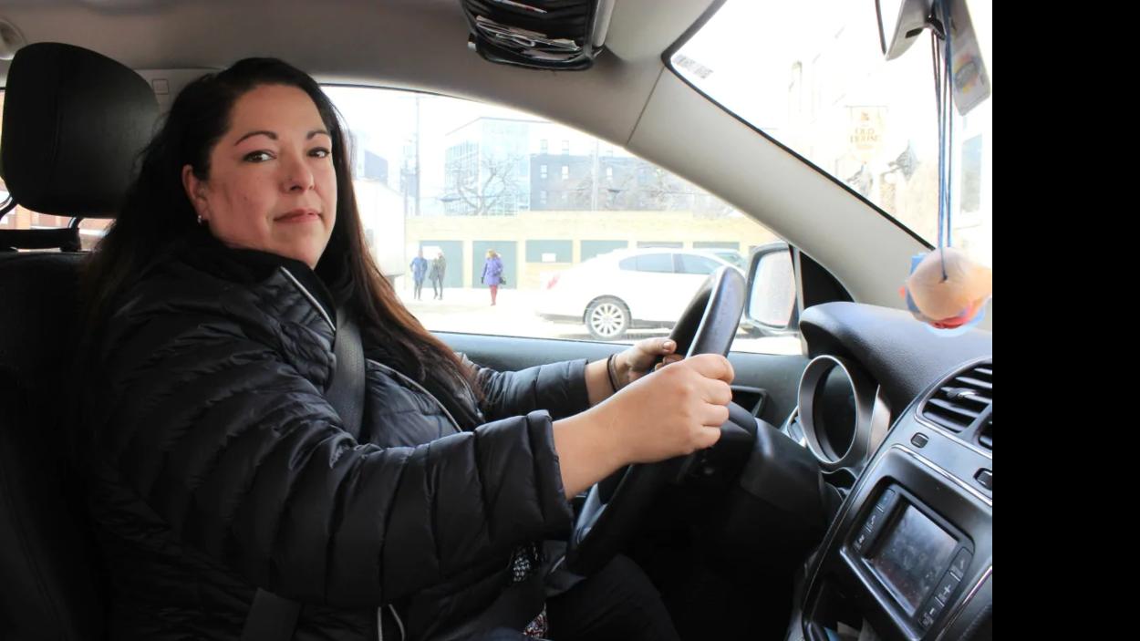 Une femme au volant d'une voiture.