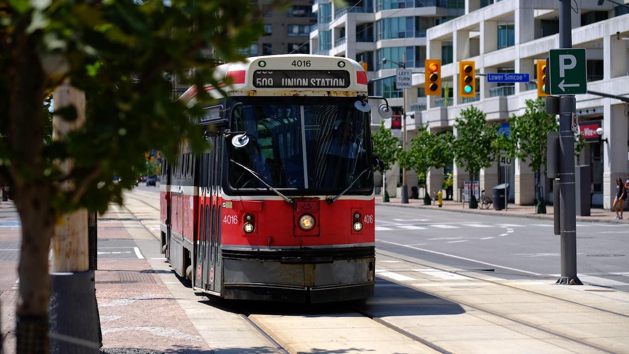Un tramway rouge dans une rue de Toronto