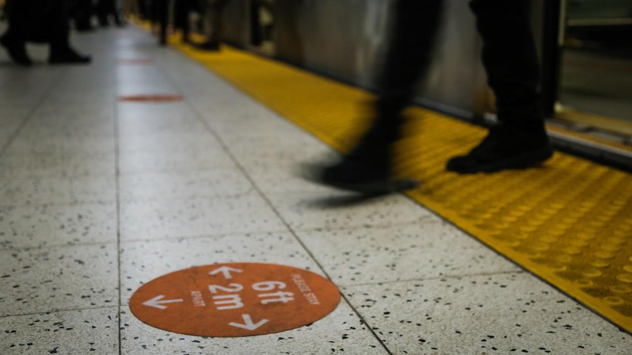Un homme sort du métro.