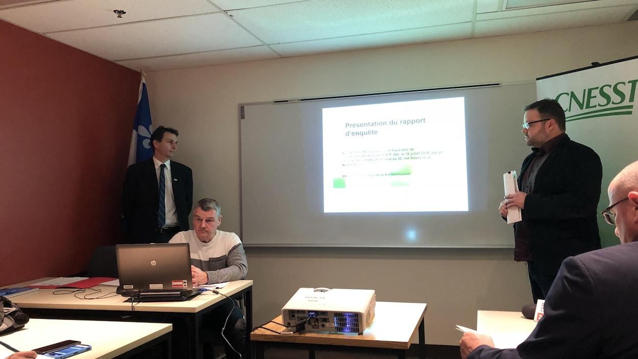 Les trois membres de la CNESST Bas-Saint-Laurent présentent devant les médias leur rapport d'enquête.