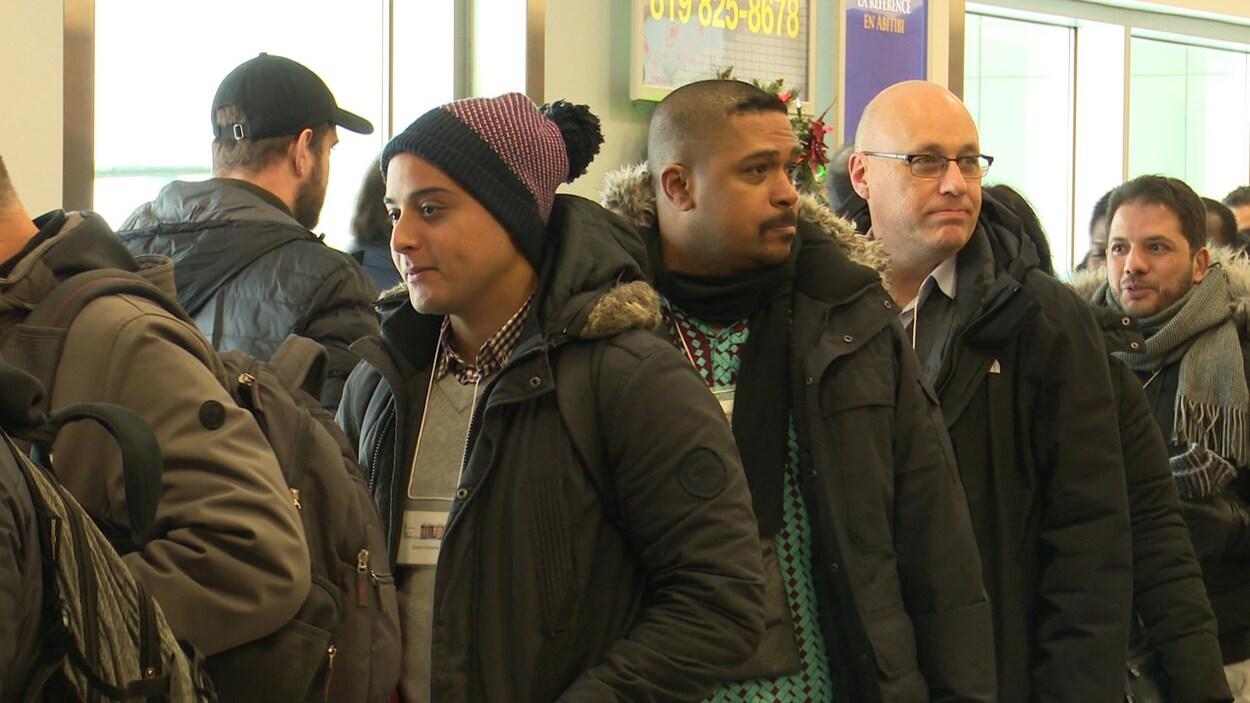 Des immigrants se font accueillir à l'aéroport de Val-d'Or.
