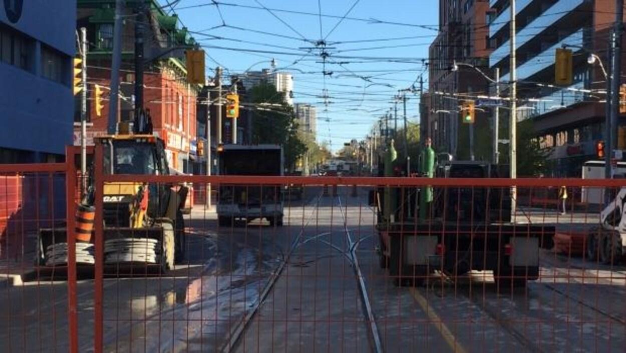 Photo d'une clôture bloquant la rue