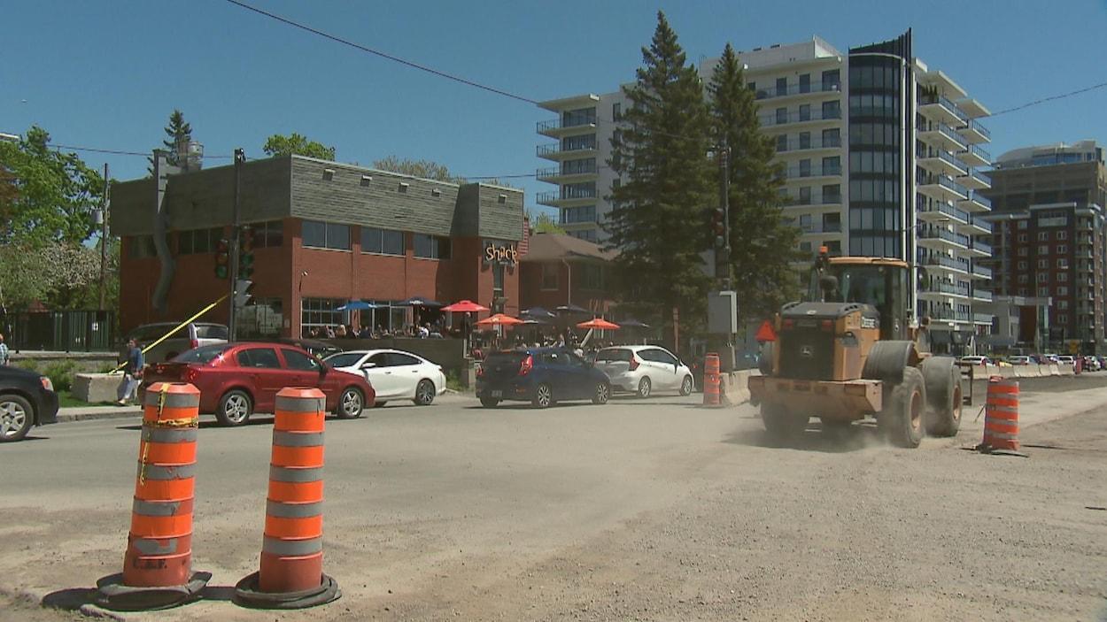 Les camions du chantier font « lever la poussière aux cinq minutes », selon Mélanie Doiron qui travaille au Shack Resto Bar.