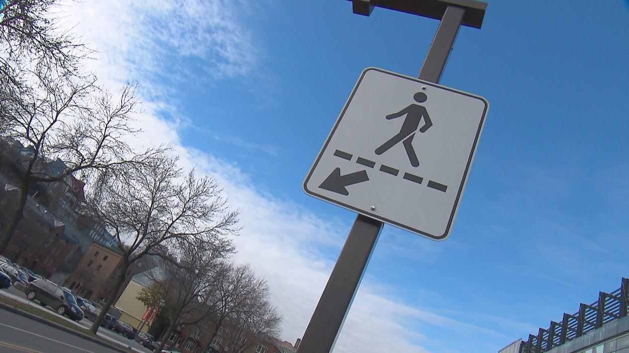 Une pancarte de traverse piétonnière à Québec