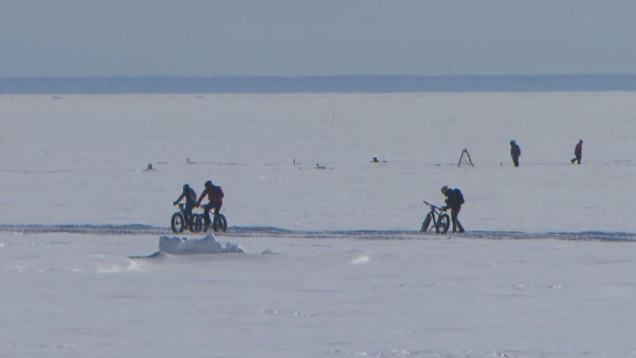 Le lac Saint-Jean gelé et quelques cyclistes en action