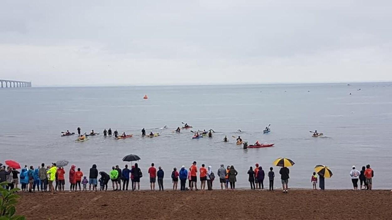 Des nageurs s'élance dans la traversée du détroit de Northumberland.