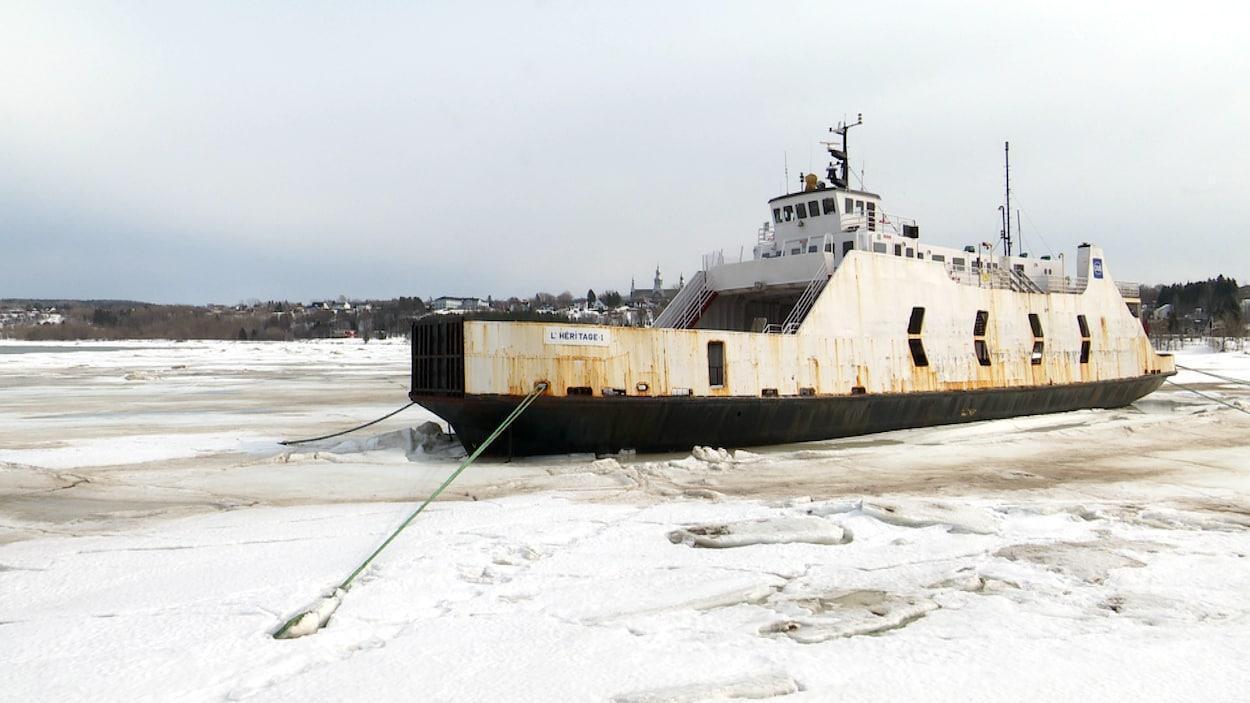 Le traversier L'Héritage 1 amarré dans les glaces à Trois-Pistoles.