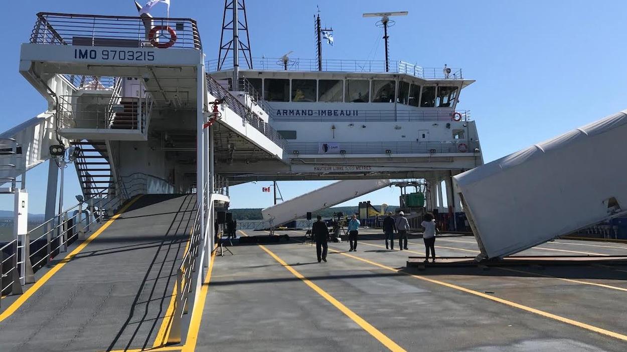 Photo du NM Armand Imbeau II prise sur le pont servant à accueillir les voitures. Au-dessus du pont se trouvent la passerelle et une rampe d'accès pour les piétons.