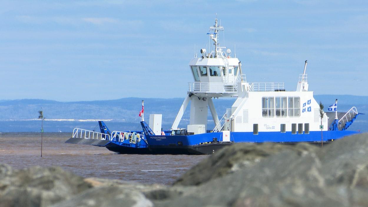 Le NM Peter-Fraser navigue sur le fleuve Saint-Laurent.