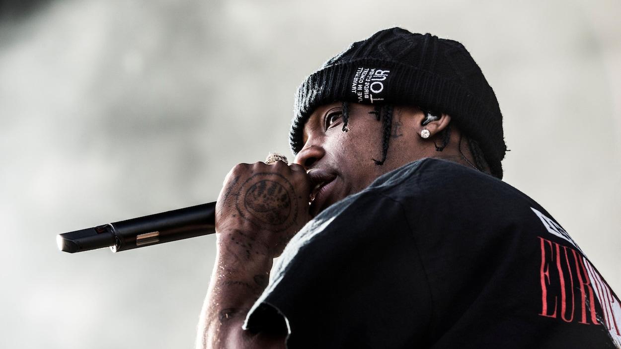 Travis Scott durant un concert.