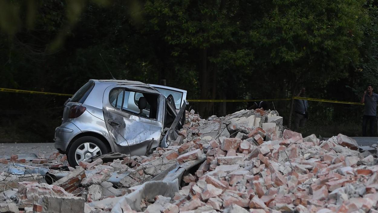 Une voiture écrasée par des briques tombées d'un immeuble lors d'un tremblement de terre en Albanie.