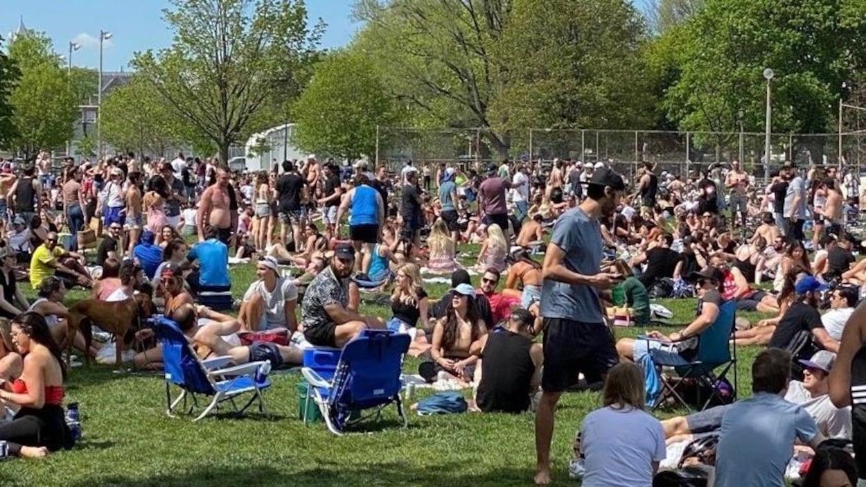 Beaucoup de gens dans un parc par une belle journée.