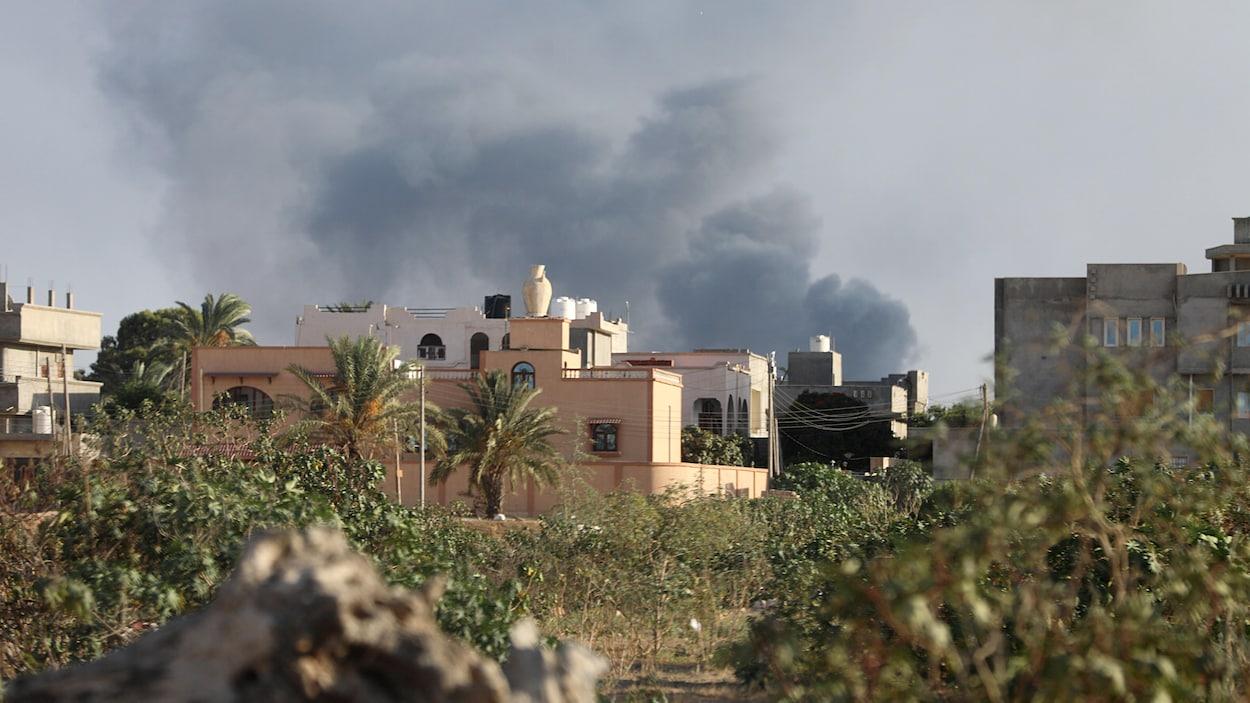 De la fumée s'élève à Tripoli, en Libye, en raison de violences entre factions rivales.