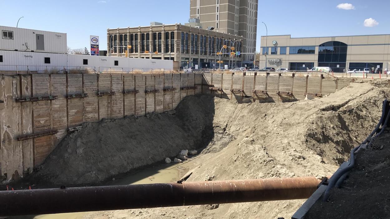 Le trou sur le chantier abandonné du projet Capital Pointe, à Regina.