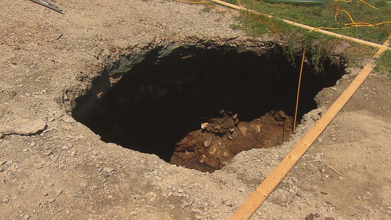 Un affaissement de terrain causé par le passé minier de Lennoxville, à Sherbrooke, a créé un trou de plus de cinq mètres en largeur et en longueur lundi, dans la cour d'une résidence de la rue College.