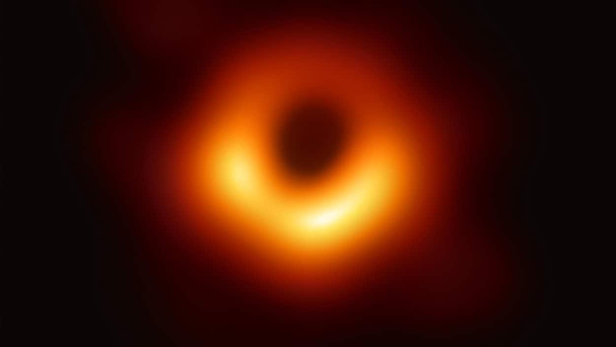 Image radiotélescopique du trou noir.
