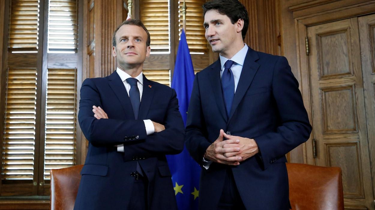 Emmanuel Macron et Mustin Trudeau prennent la pose dans un bureau du Parlement canadien.