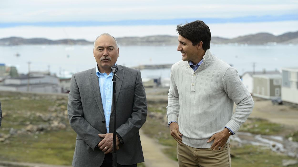 Le premier ministre Justin Trudeau et le premier ministre du Nunavut Joe Savikataaq annoncent un nouvel accord sur le logement, à Iqaluit.