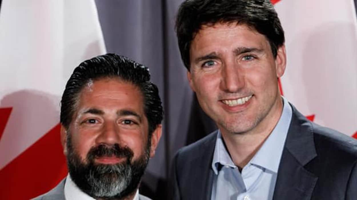 Un homme pose en compagnie du premier ministre du Canada Justin Trudeau.