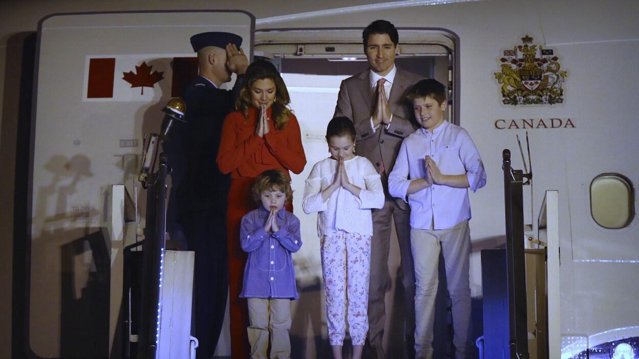 Le premier ministre Justin Trudeau est arrivé avec sa famille en fin de journée samedi, à New Delhi, pour une mission d'une semaine en Inde. Il est accompagné de son épouse Sophie Grégoire Trudeau et de leurs enfants Xavier, 10 ans, Ella-Grace, 9 ans et Hadrien, 3 ans, qui ont tous procédé aux salutations traditionnelles indiennes à leur sortie de l'avion.
