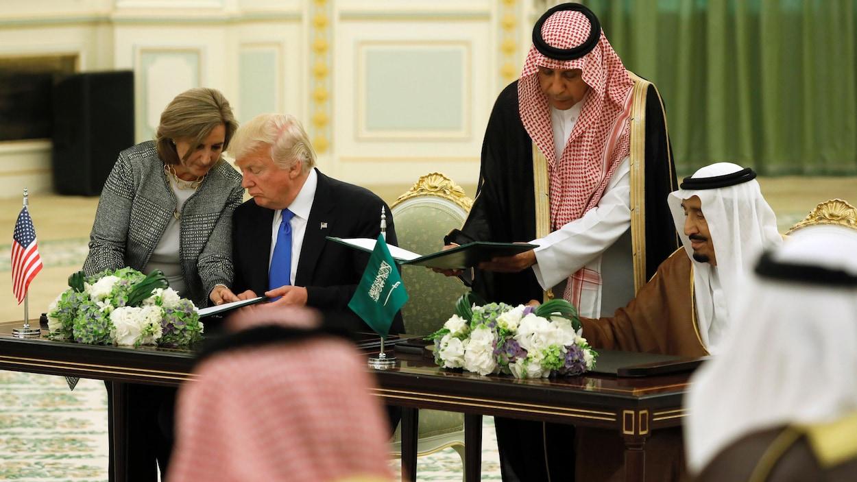 Le président Donald Trump et le roi Salmane ben Abdel Aziz signent une entente.